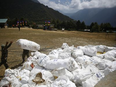 TAMWKK Namche Bazar, Nepal. 27th May, 2019. Nepalese Army load garbage collected from the high camps of Mount Everest during the Everest clean up campaign at Namche Bazar in Nepal on Monday, May 27, 2019. Credit: Skanda Gautam/ZUMA Wire/Alamy Live News