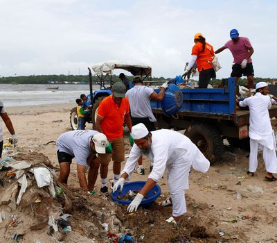 <p>Students learn different solutions to clean plastic waste&nbsp;in other places to&nbsp;conduct a policymaker analysis. Sometimes this involves&nbsp;cleaning garbage from&nbsp;a beach, like here&nbsp;in Mumbai, India.</p>
