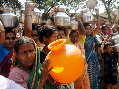 F3FN9P Women with their stainless steel water containers to protest against the acute water shortage Bombay Mumbai India - asb 144497