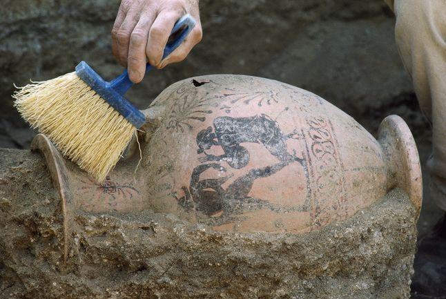 vase being excavating