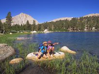 USA, California, Sierra Nevada Mountains, John Muir Wilderness, Kids exploring shore of Muir Lake