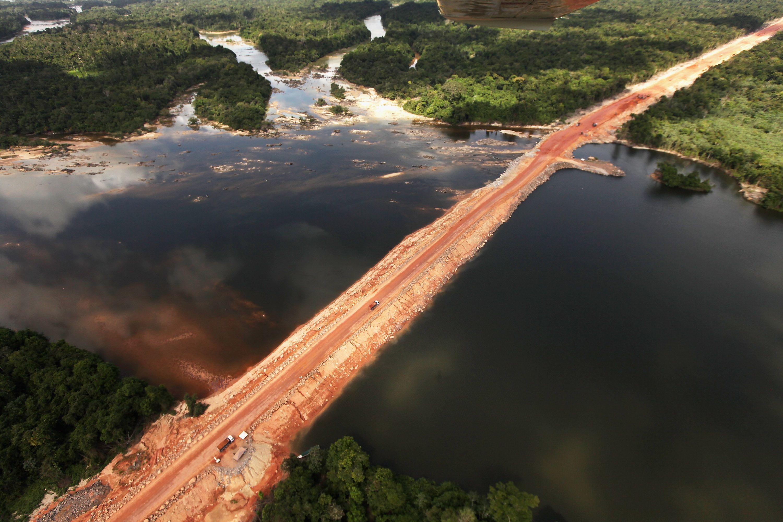 Exploración de los pros y contras entre la explotación de los recursos naturales y la protección de la selva amazónica