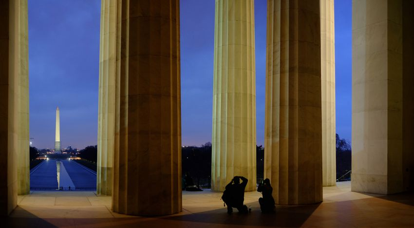 Picture of the Lincoln Memorial at night