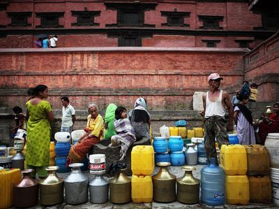 BD5CCX People queuing up for water at a public water tap, Nepal. Image shot 06/2009. Exact date unknown.