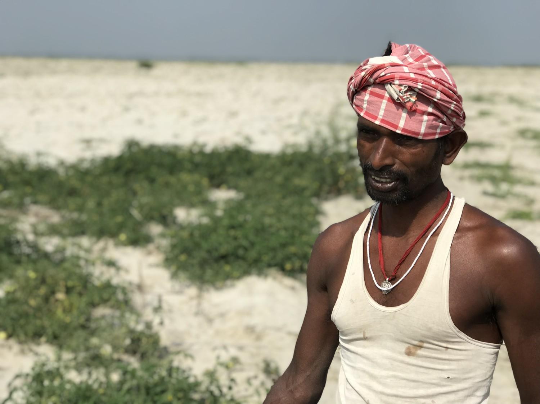 Mahendra Mahal, ale cărui terenuri cu roșii sunt luate și înapoiate de Gange. Foto: PAUL SALOPEK