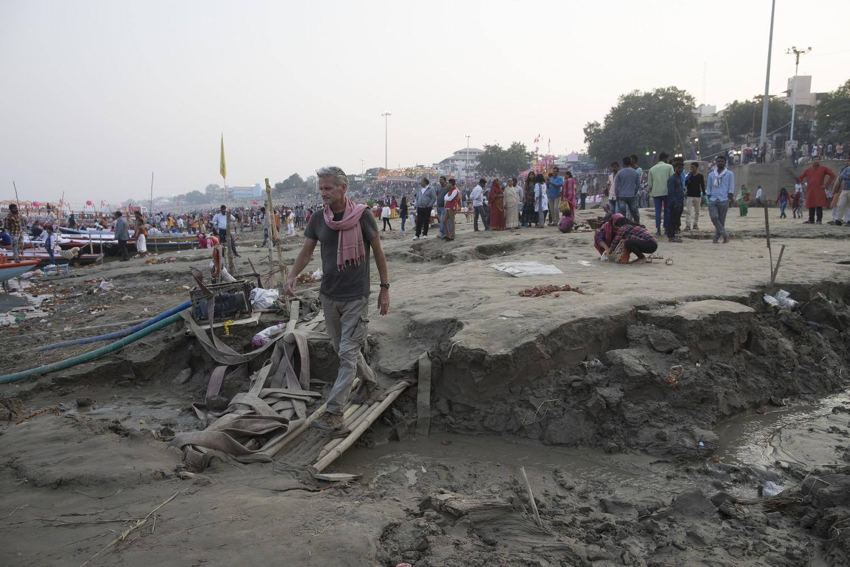 La începutul celui de-al șaptelea an al marșului Plecarea din Eden, migrantul temporar Salopek, aici aflat pe malul Gangelui la Varanasi, se îndreaptă spre est, către Myanmar. Foto: JOHN STANMEYER