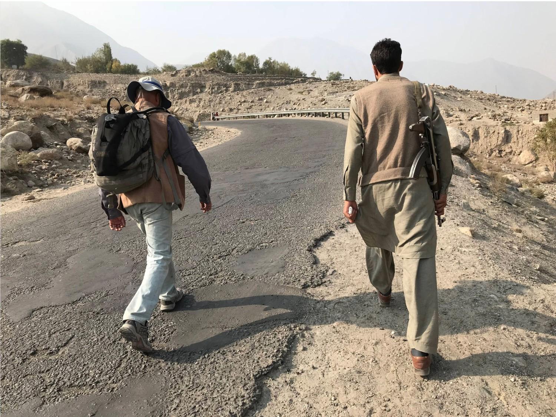 Pe câteva porțiuni din traseul prin Pakistan, cum a fost regiunea Gilgit-Baltistan, afectată de violențe sectare, autoritățile au desemnat escorte înarmate pentru Salopek și partenerii lui locali de marș. Foto: PAUL SALOPEK